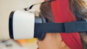 Close-up van speld-omhooggaand meisje in virtuele werkelijkheidsglazen stock footage