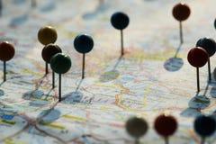 Close-up van spelden op de kaart Stock Afbeeldingen
