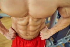Close-up van spier op buik van een bodybuilder in de gymnastiek royalty-vrije stock afbeeldingen