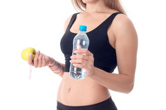 Close-up van sportief meisje dat zijdelings wordt gedraaid en een appl toont Royalty-vrije Stock Fotografie