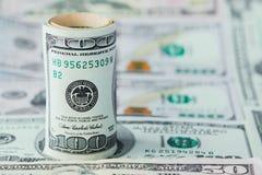 Close-up van stapel dollars tegen de achtergrond van geld stock foto's