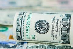 Close-up van stapel dollars tegen de achtergrond van geld stock foto