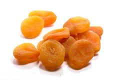 Close-up van stapel droge, ruwe abrikozen op witte achtergrond royalty-vrije stock foto's