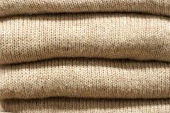 Close-up van stapel het grijze wollen gebreide sweaters, textuur, achtergrond royalty-vrije stock fotografie