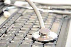 Close-up van stethoscoop op laptop toetsenbord Stock Foto's
