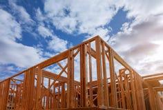 Close-up van straal gebouwd huis in aanbouw en blauwe hemel met houten bundel, post en straalkader Het echte huis van het houtkad royalty-vrije stock afbeeldingen