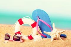 Close-up van strandtoebehoren op zand Wipschakelaars Royalty-vrije Stock Foto's
