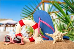 Close-up van strandtoebehoren op zand Wipschakelaars Stock Foto's