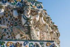 Close-up van strijdersstandbeelden in steen in Wat Arun worden gesneden dat royalty-vrije stock afbeelding