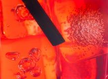 Close-up van stro in de rode cocktail met ijsblokjes voor achtergrond Royalty-vrije Stock Foto