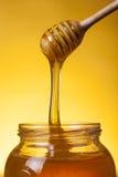 Close-up van stromende honing is ontsproten die royalty-vrije stock foto's