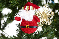 Close-up van stuk speelgoed in Kerstboomdecoratie. Royalty-vrije Stock Afbeeldingen