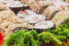 Close-up van sushi met zeewiersalade Stock Afbeeldingen