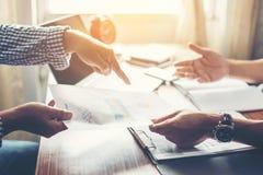 Close-up van Team Business-mensen die een financieel plan bespreken bij Royalty-vrije Stock Fotografie