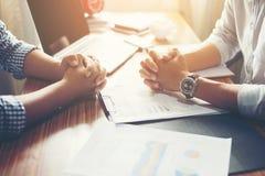 Close-up van Team Business-mensen die een financieel plan bespreken bij Stock Foto's