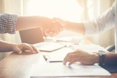 Close-up van Team Business-mensen die een financieel plan bespreken bij Stock Fotografie