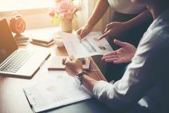 Close-up van Team Business-mensen die een financieel plan bespreken bij Stock Afbeelding