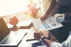 Close-up van Team Business-mensen die een financieel plan bespreken bij Royalty-vrije Stock Foto