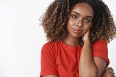 Close-up van teder en zacht romantisch Afrikaans-Amerikaans meisje in rode toevallige t-shirt wat betreft rug van halsgooi die wo royalty-vrije stock foto's