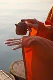 Close-up van theepot in handen Stock Afbeelding