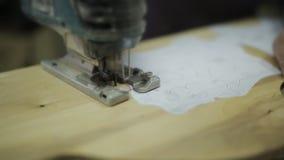 Close-up van timmerman wordt geschoten die houten planken zagen die Scherp paneel met figuurzaag Hand het werkconcept stock videobeelden