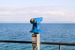 Close-up van toeristentelescoop op bundelstrand bij zandige onderstel/Sightseeingstelescoop met de mening van Middellandse-Zeegeb royalty-vrije stock foto's