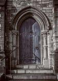 Close-up van traditionele gotische middeleeuwse houten ingangsdeuropening met oude baksteenboog, mystiek portaal stock foto