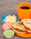 Close-up van traditionele heerlijke arepas, verscheurde kippenavocado en cheddarkaas en verscheurd rundvlees met geraspt stock foto's