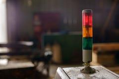 Close-up van tri-kleurenleiden op machine bij zaagmolen stock afbeeldingen