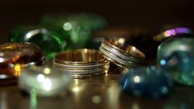 Close-up van trouwringen op een heldere achtergrond stock videobeelden