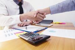 Close-up van twee bedrijfsmensen die handen schudden stock afbeelding