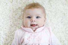 Close-up van twee of drie van het babymaanden oud meisje met blauwe ogen Pasgeboren kind, weinig aanbiddelijke vreedzaam en aanda royalty-vrije stock afbeeldingen