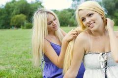 Close-up van twee het gelukkige mooie tieners omhelzen Stock Afbeeldingen
