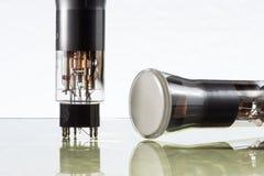Close-up van twee oude elektronische vacuümbuizen stock foto's