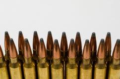 Close-up van twee rijen van kogels met witte ruimte Stock Fotografie