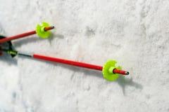 Close-up van twee skistokken Stock Afbeelding