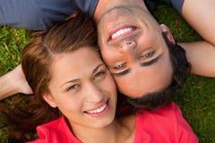 Close-up van twee vrienden die upwards kijken Stock Foto's