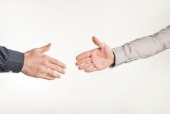 Close-up van twee zakenlieden ongeveer om handen te schudden stock foto's