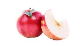 Close-up van twee zoete rood-gele die appelen, op een witte achtergrond wordt geïsoleerd Rijpe, voedzame, heldere vruchten Een ge Royalty-vrije Stock Afbeeldingen