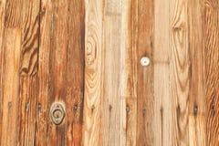 Close-up van uitstekende houten deur met metaalsleutelgat dat wordt geschoten Royalty-vrije Stock Foto