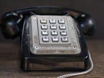 Close-up van uitstekende/retro zwarte telefoon met zilveren metaaldrukknoppen stock foto