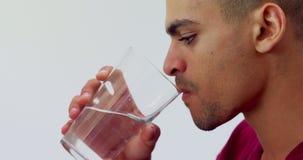 Close-up van uitvoerend drinkwater 4k stock videobeelden