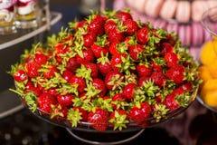 Close-up van van het lijstdecoratie en dessert een aardbeien Stock Foto's