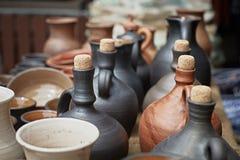 Close-up van vele aardewerkkruiken stock afbeelding