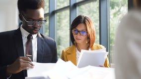Close-up van vergadering van succesvolle bedrijfsmensenbespreking die gesprek en uitwisselings financiële documenten hebben stock footage