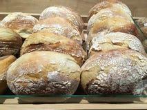 Close-up van vers gebakken brood op de vertoning van de winkelplank stock foto