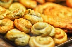 Close-up van vers gebakken gesneden burek pastei met vlees die, hoogste mening vullen Stock Fotografie