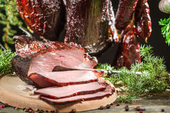 Close-up van vers gerookte ham in een landelijk rookhok royalty-vrije stock foto's