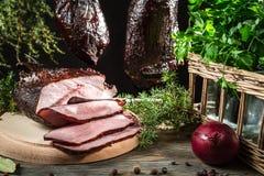 Close-up van vers gerookte ham in een landelijke voorraadkast stock afbeelding