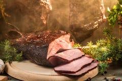 Close-up van vers gerookte ham in het rookhok van het land Royalty-vrije Stock Fotografie